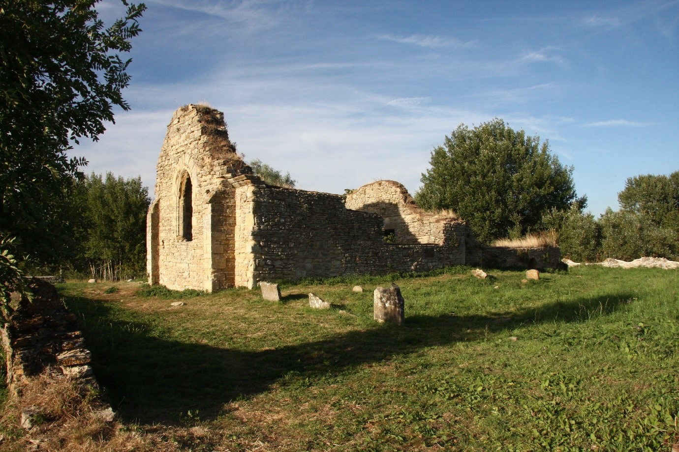 Ruins of St Peters Church Stanton Low.jpg